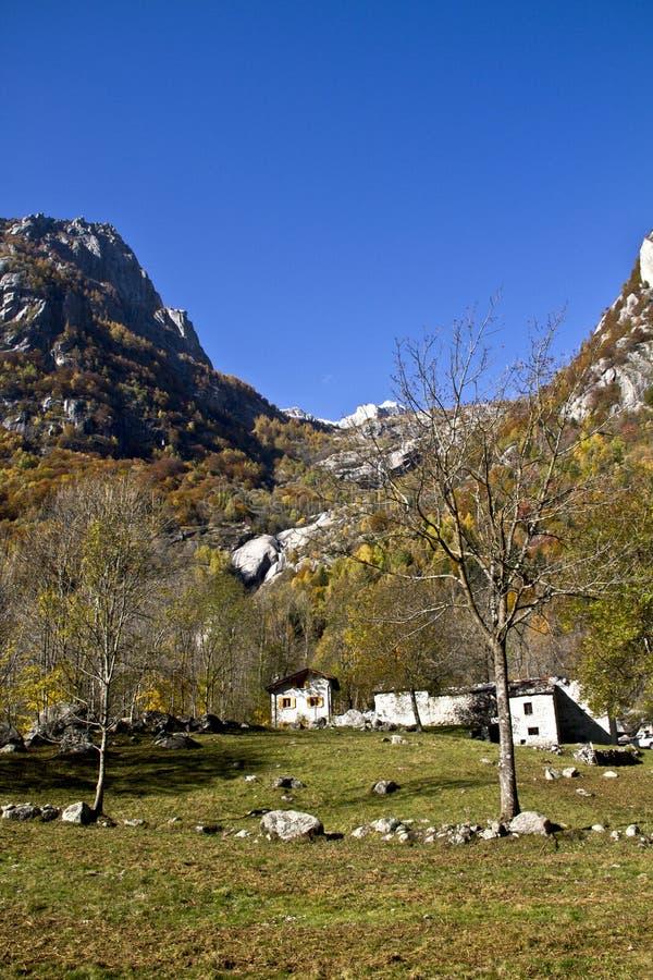 Hogares en las montañas fotos de archivo libres de regalías