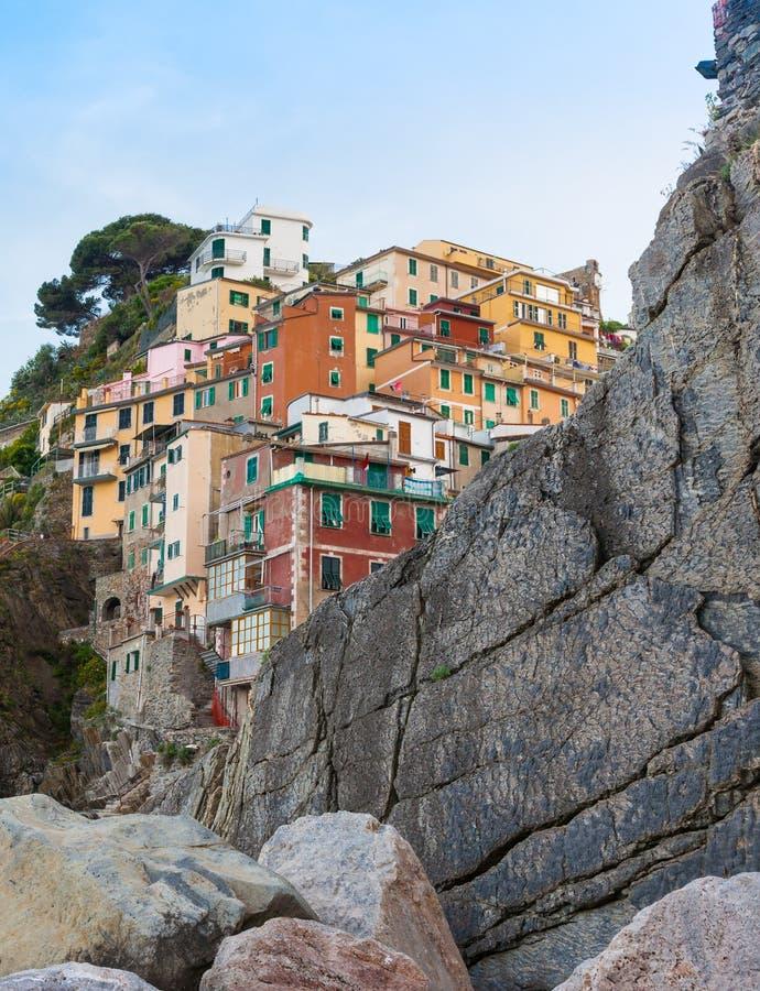 Hogares tradicionales y apartamentos multicolores empleados la roca cli foto de archivo libre de regalías