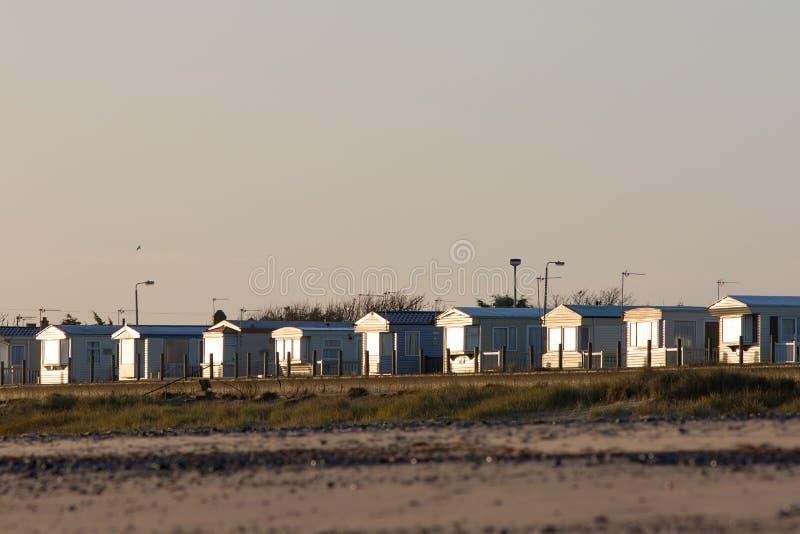 Hogares vacíos del día de fiesta de la playa El chalet de las vacaciones de la playa aloja el invierno Reino Unido foto de archivo