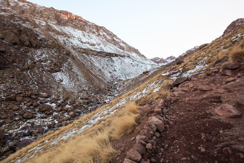 Hoge Atlasbergen Lopende wandelingssleep Marokko, de winter Zal stock foto