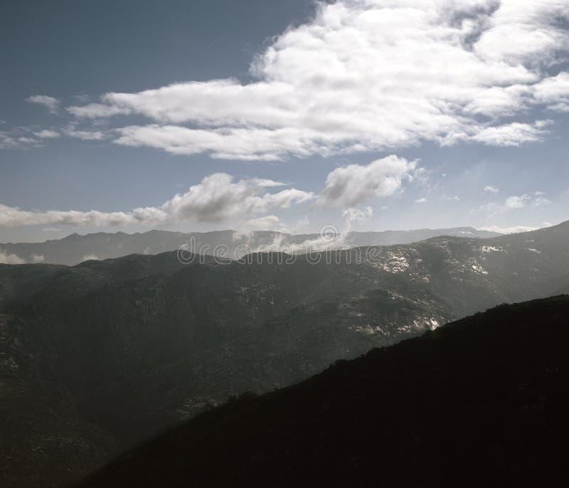Hoge berg sterke wolken royalty-vrije stock afbeelding