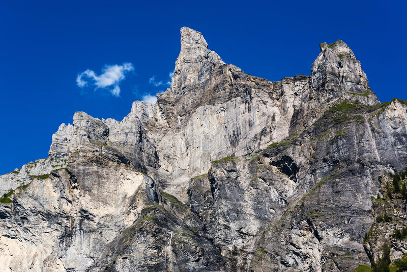 Hoge bergpiek stock afbeeldingen