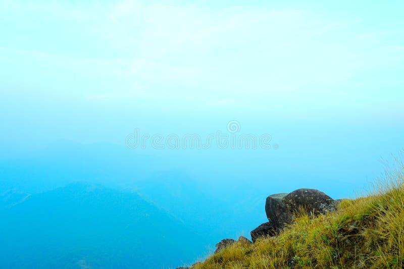 Hoge bergpieken, blauwe hemel, en bergachtige heuvels, exemplaarruimte royalty-vrije stock afbeeldingen