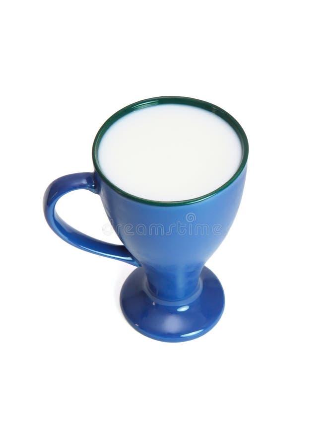 Hoge blauwe kop van geïsoleerdeo melk royalty-vrije stock afbeeldingen