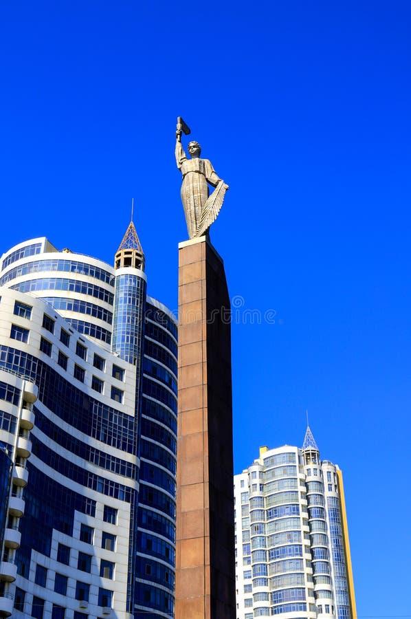 Hoge blauwe torens, wolkenkrabbers en bureaugebouwen in het centrum van Dnipro-stad tegen de blauwe hemel, Dnepropetrovsk stock afbeeldingen