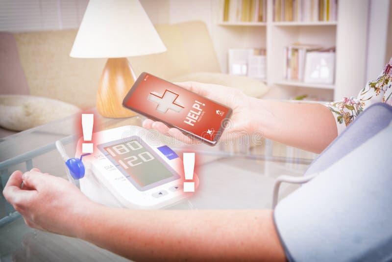 Hoge bloeddruk die - hulp met slimme telefoon app verzoeken stock fotografie