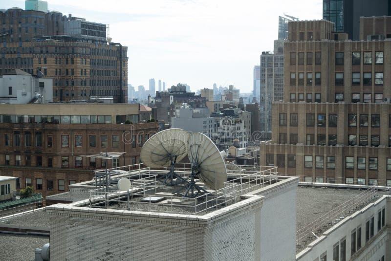 Hoge de hoekmening van New York van de stad en de communicatie van Internet andd schotels stock fotografie