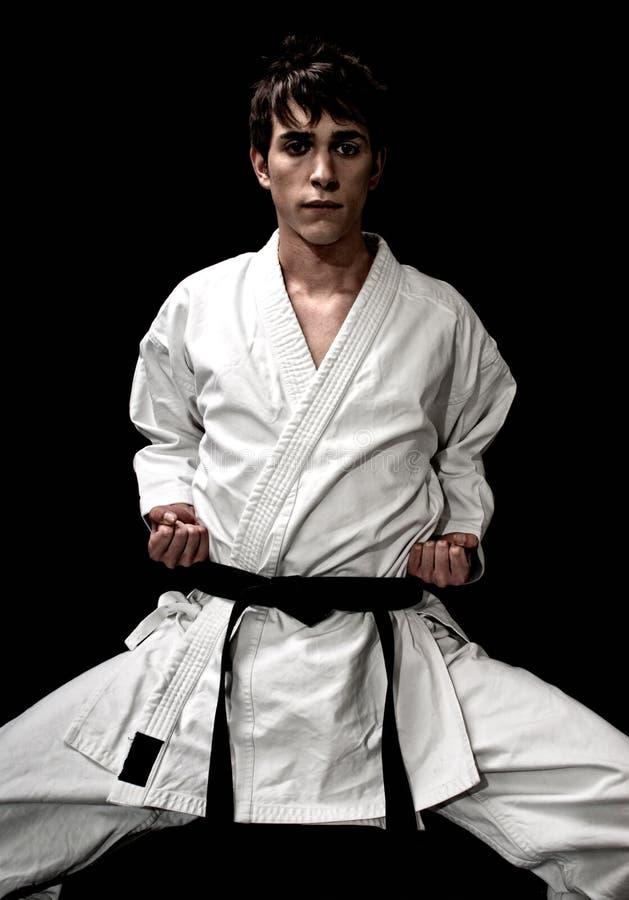 Hoge de karate jonge mannelijke vechter van het Contrast op zwarte stock fotografie