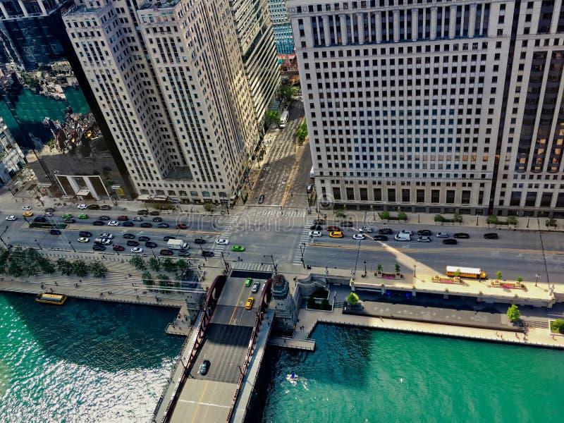 Hoge die hoekmening van de zomer in Chicago, met inbegrip van de Rivier van Chicago, schoolbus, Wacker-Aandrijving, schaduwen van royalty-vrije stock foto