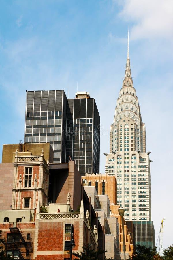 Hoge die wolkenkrabber over megalopolis het stedelijke plaatsen met collectieve bureaus wordt opgeheven stock foto