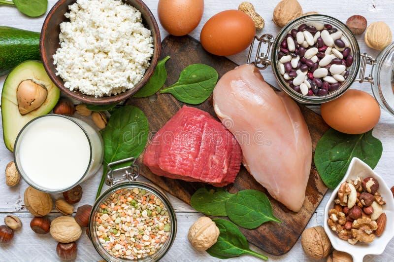 Hoge - eiwitvoedsel - kip, vlees, spinazie, noten, eieren, bonen en kaas stock foto