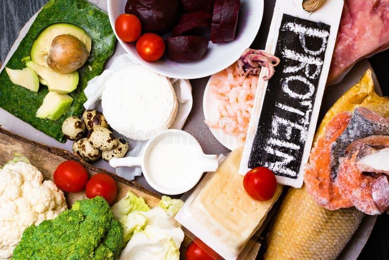 Hoge - eiwitvoedsel - vissen, vlees, overzeese naaktslak, garnalen, eieren, kool, biet, broccoli, spinazie, tomaten, avokado, zal royalty-vrije stock foto's