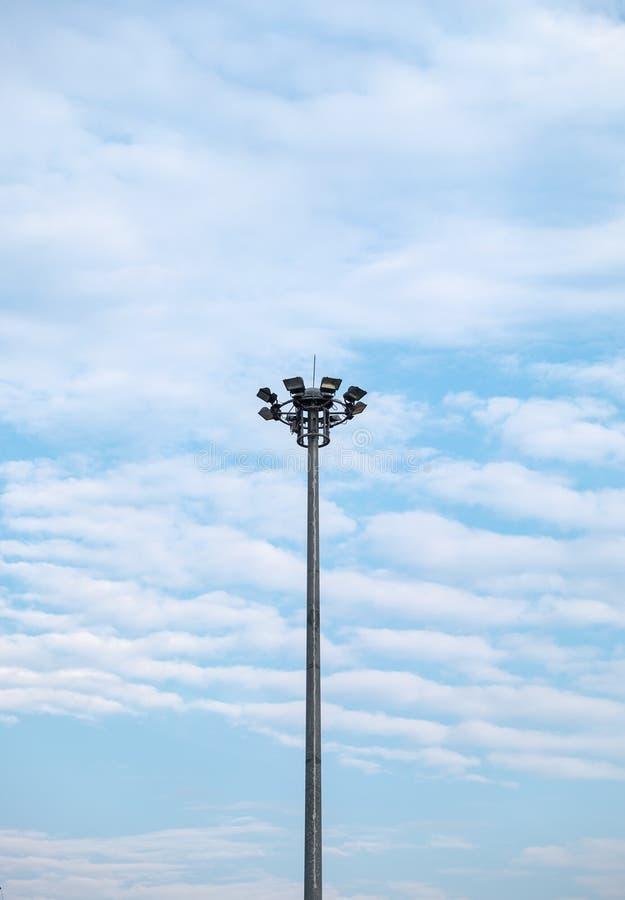 Hoge elektrische pool en wolken gestreepte golf op hemel stock afbeeldingen