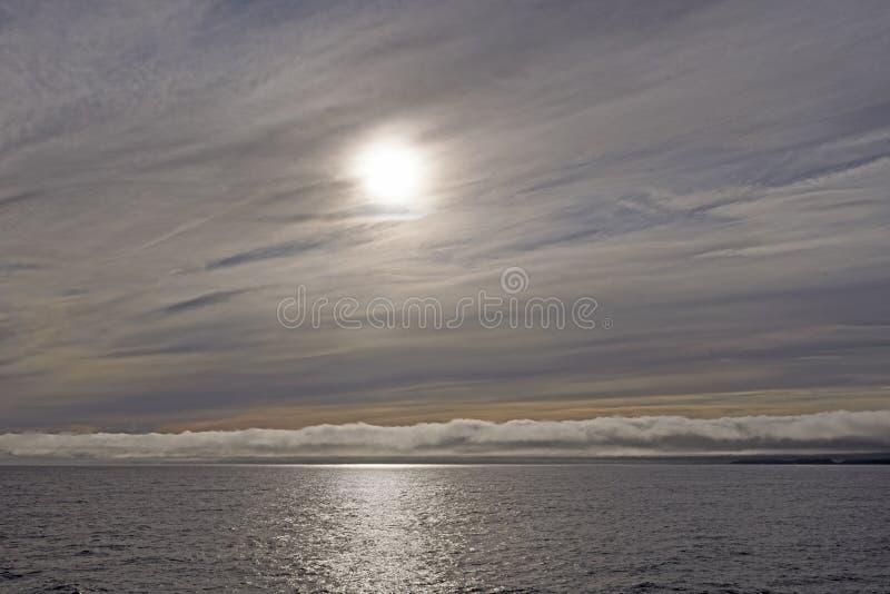 Download Hoge En Lage Wolken Op De Oceaan Stock Afbeelding - Afbeelding bestaande uit openlucht, wolken: 107706251