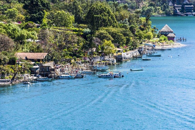 Hoge gezichtspuntmening van dok & boten op Meer Atitlan, Guatemala stock foto
