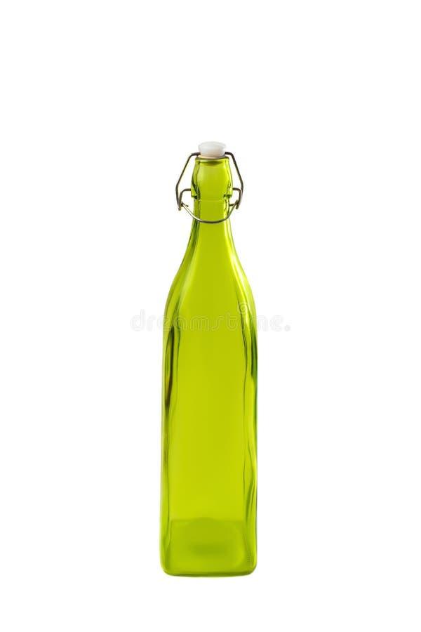 Hoge groene die glasfles op witte olijfolie wordt geïsoleerd als achtergrond Witte plastic cork en vouw roestige klink in de fles royalty-vrije stock afbeeldingen