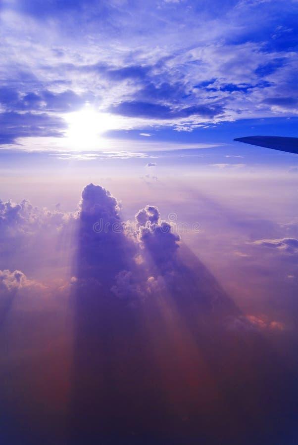 Hoge hemelzonsondergang   stock foto