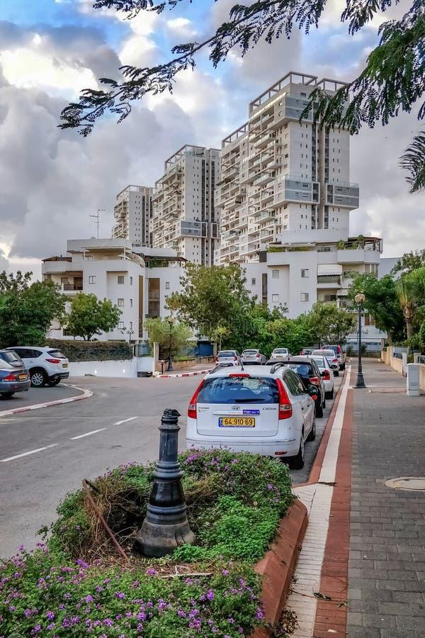 Hoge het toenemen torens over de 3 verhalenhuizen in Rishon LeTsiyon stock afbeelding