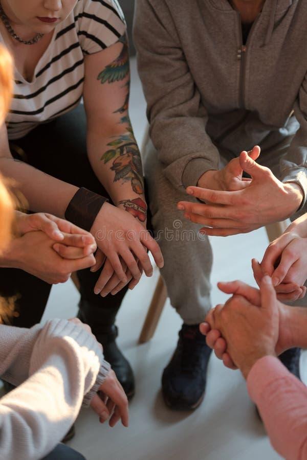 Hoge hoek op moeilijke jongeren tijdens vergadering van steun g stock fotografie