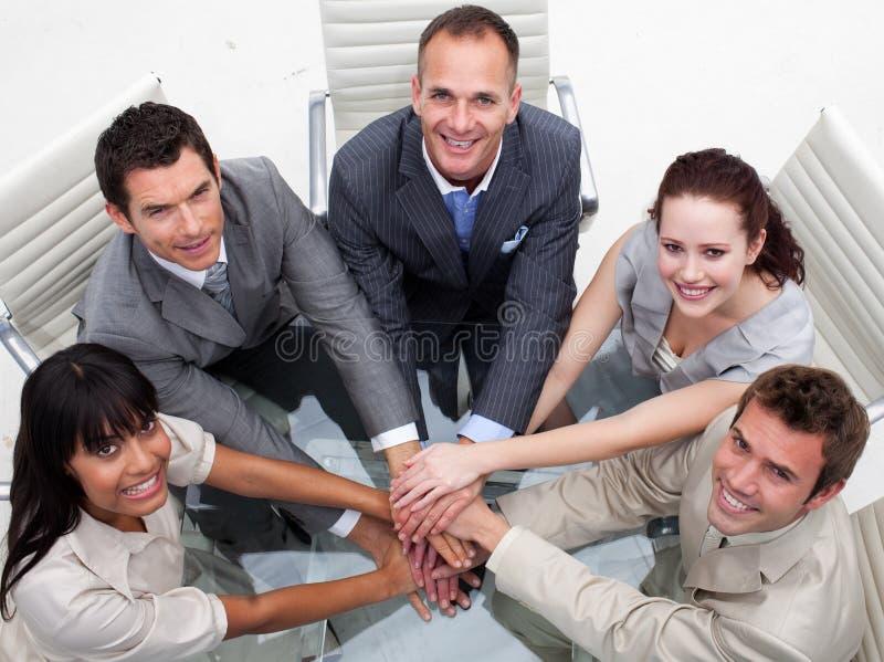 Hoge hoek van commercieel team met handen samen stock foto