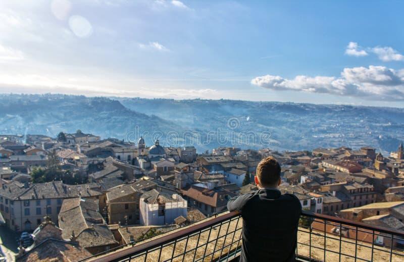 Hoge hoekmening die uit over een oude Italiaanse stad van de heuveltop kijken stock fotografie