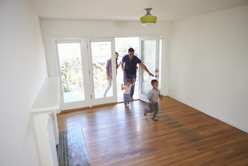 Hoge Hoekmening die van Familie Nieuw Huis bij het Bewegen van Dag onderzoeken stock afbeelding