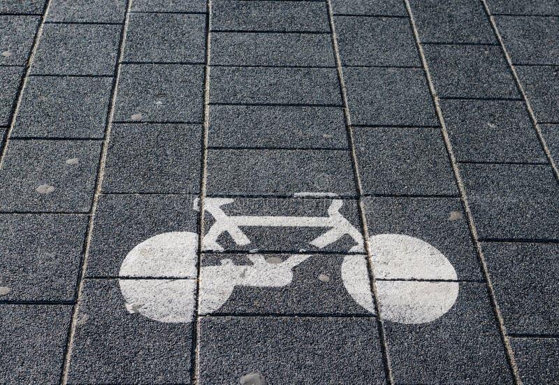 Hoge hoekmening van fietsteken op straatsteeg stock afbeeldingen