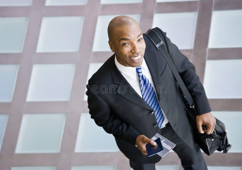 Hoge hoekmening van gelukkige Afrikaanse zakenman stock afbeelding