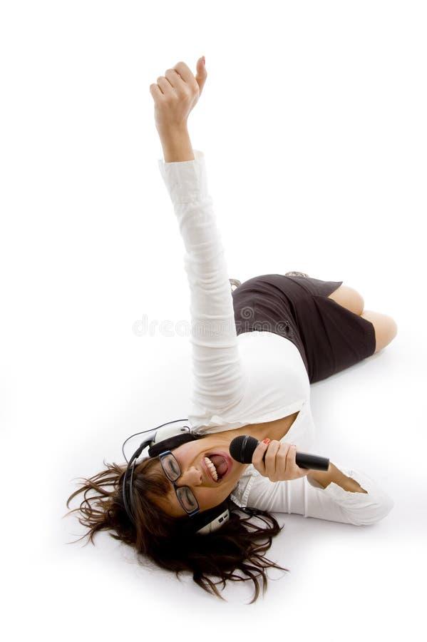 Hoge hoekmening van jonge vrouwelijke zanger stock fotografie