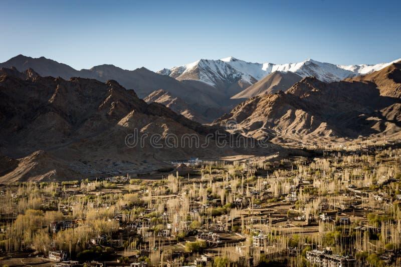 Hoge hoekmening van Leh-stad stock fotografie