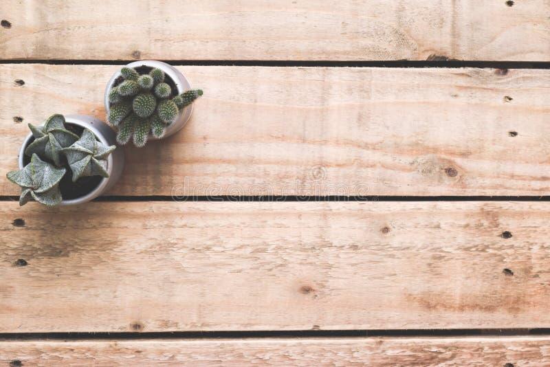 Hoge hoekmening van modern werkplaatsbureau Houten bureau met kleine van het cactusinstallatie en exemplaar ruimte op hout royalty-vrije stock fotografie