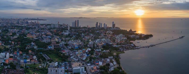 Hoge hoekmening van Pattaya-stad in de zonsondergang, beroemde seasi royalty-vrije stock afbeeldingen