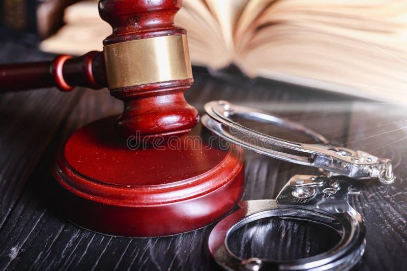 Hoge Hoekmening van Rechter Gavel And Handcuffs  royalty-vrije stock foto