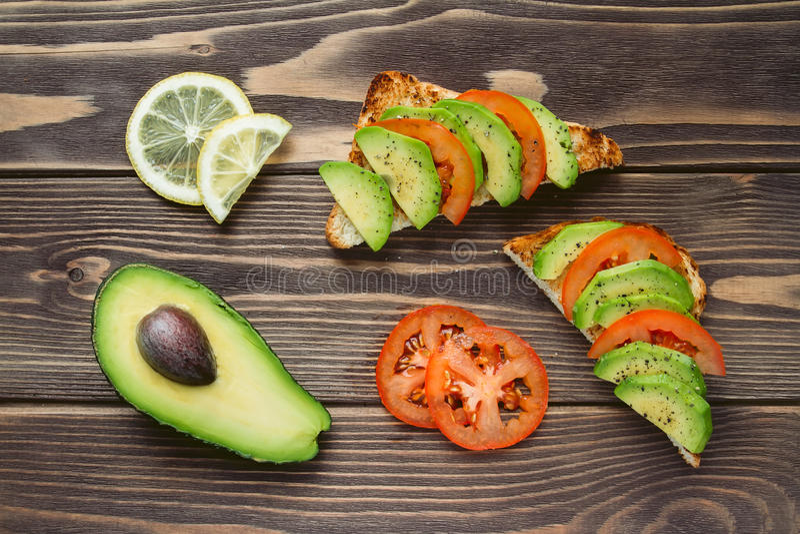 Hoge hoekmening van toosts met avocado en tomaat royalty-vrije stock afbeelding