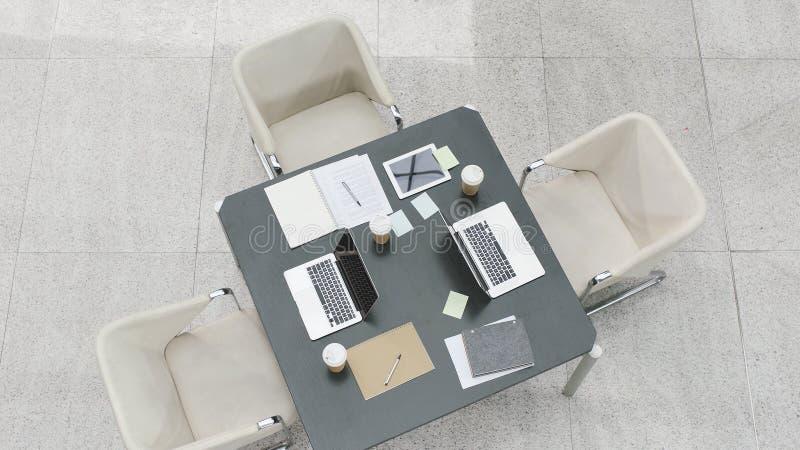 Hoge hoekmening van vergaderingslijst met stoelen stock foto's