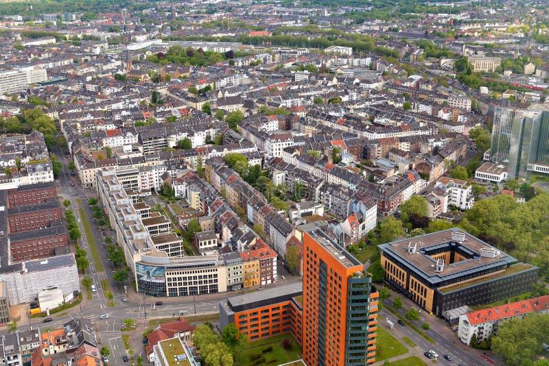 Hoge hoogste mening van vele roofes van stadshuizen van Dusseldorf Rhin royalty-vrije stock foto's