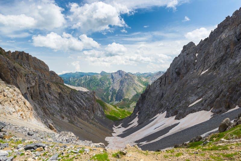 Hoge hoogte blauw meer in idyllisch niet besmet die milieu eens door gletsjers wordt behandeld De zomeravonturen en exploratie op royalty-vrije stock foto