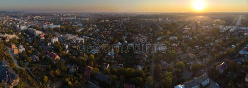Hoge hoogte luchtmening van Uzhgorod Zakarpatya de Oekraïne tijdens zonsondergang stock fotografie