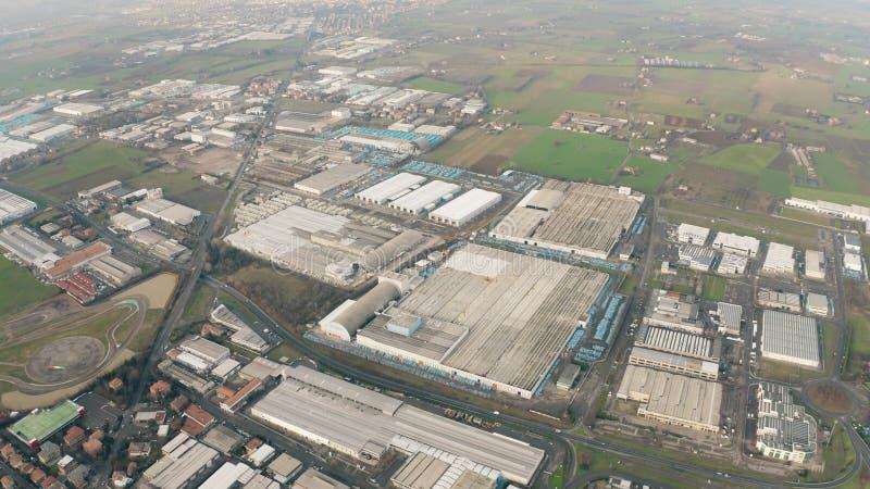 Hoge hoogteantenne die van grote industriezone in Maranello, Italië wordt geschoten stock foto's