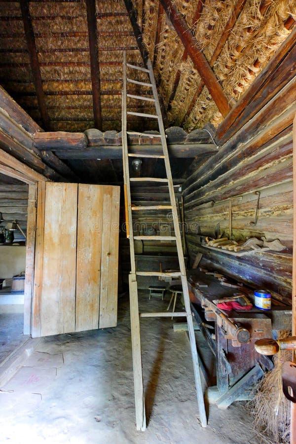 Hoge houten trap die tot de zolder van een traditionele Oekraïense hut leiden royalty-vrije stock fotografie