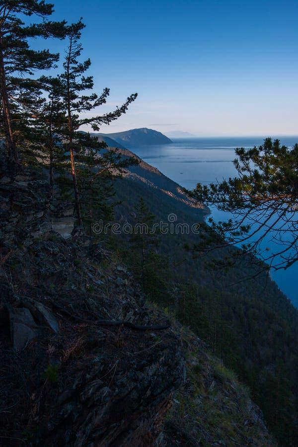 Hoge klip op de kust van Meer Baikal van de kant van het oosten in de avond royalty-vrije stock afbeeldingen