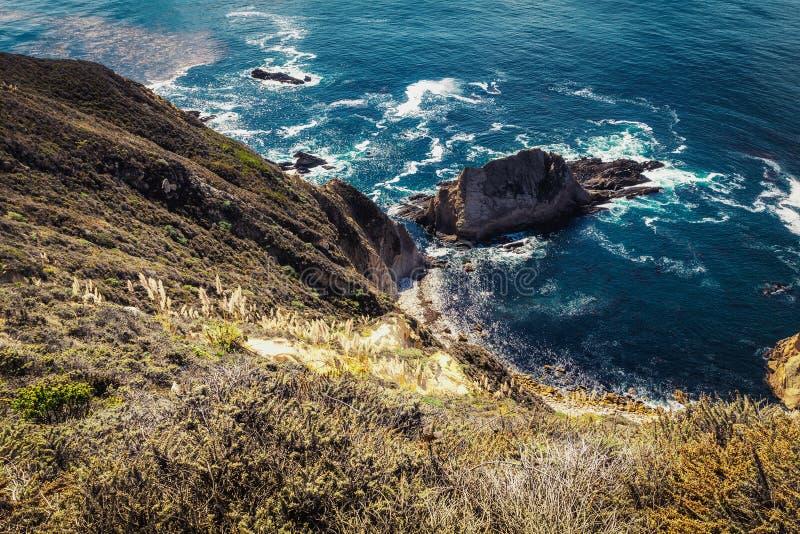 Hoge klippen van rotsachtige vreedzame kustlijn in Grote Sur, Californië stock fotografie
