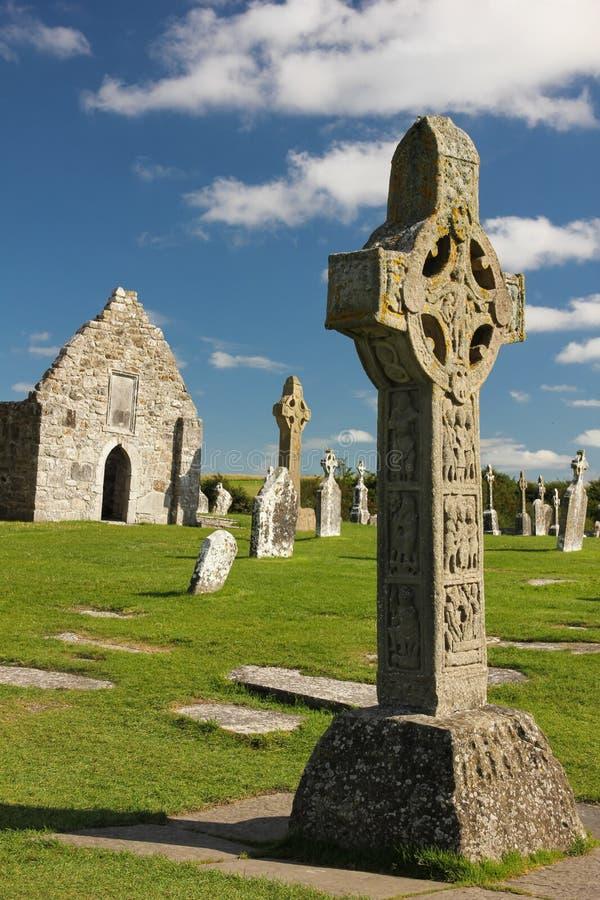 Hoge Kruisen en tempel. Clonmacnoise. Ierland stock afbeeldingen