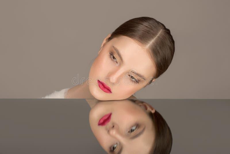 Hoge Manier portret van mooi sexy donkerbruin meisje met heldere make-up stock afbeeldingen