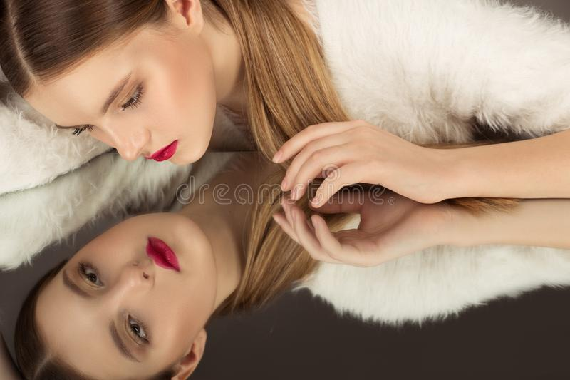 Hoge Manier portret van mooi sexy donkerbruin meisje met heldere make-up royalty-vrije stock afbeeldingen