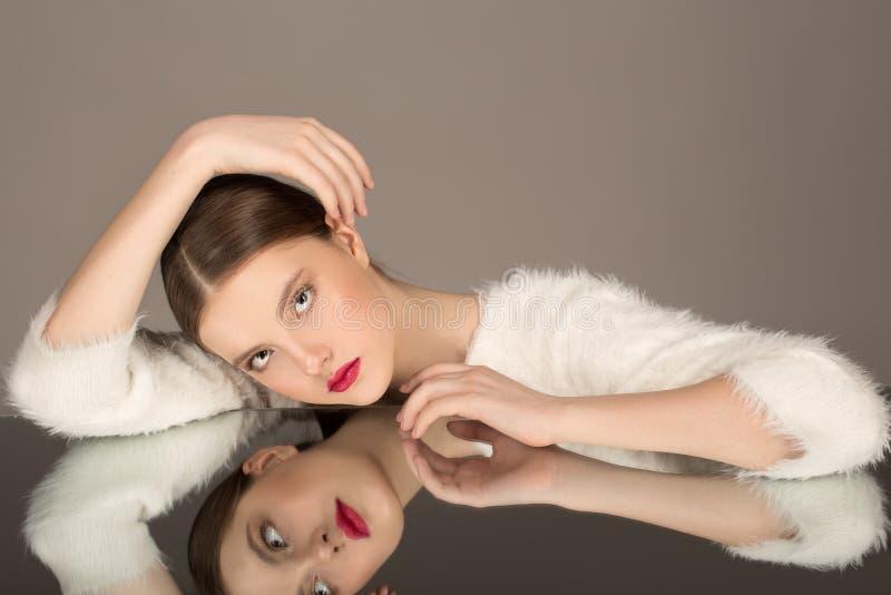 Hoge Manier portret van mooi sexy donkerbruin meisje met heldere make-up stock foto