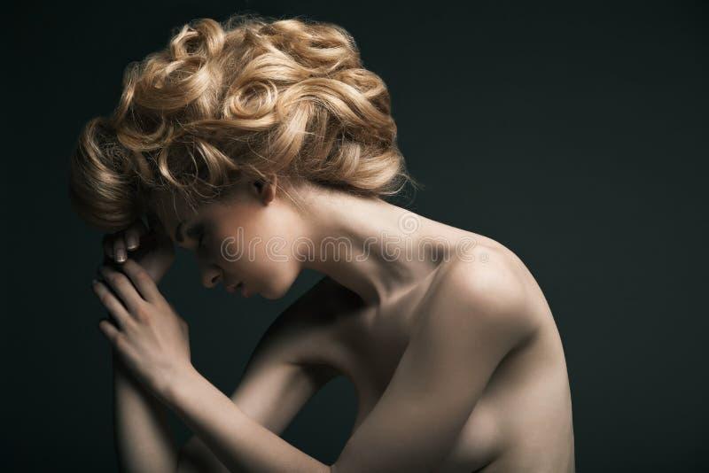 Hoge maniervrouw met abstracte haarstijl royalty-vrije stock afbeeldingen