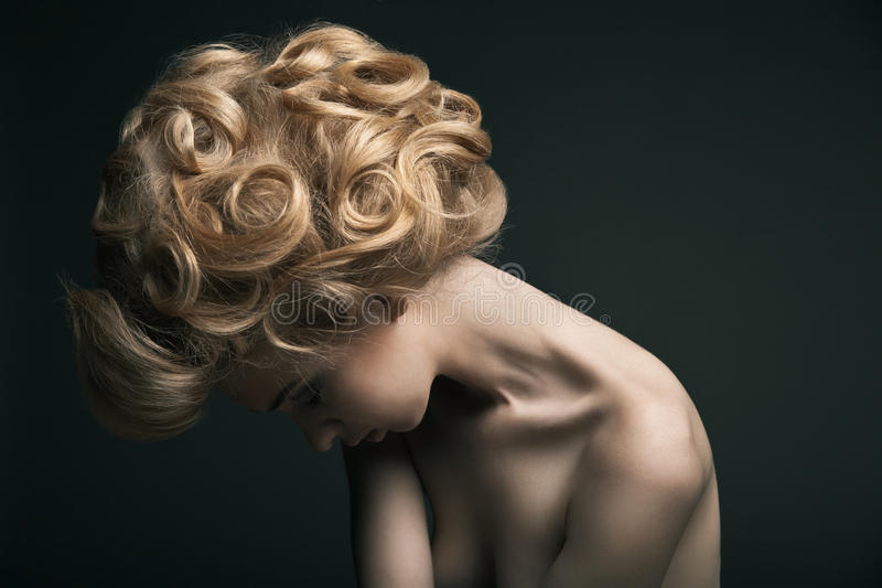 Hoge maniervrouw met abstracte haarstijl royalty-vrije stock foto