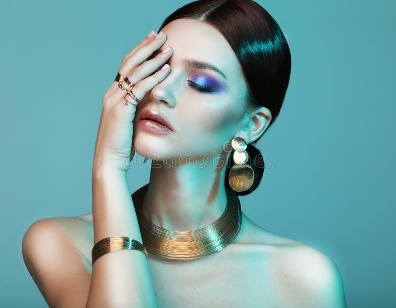 Hoge Mannequinvrouw in kleurrijke verstralers die in studio stellen royalty-vrije stock foto's