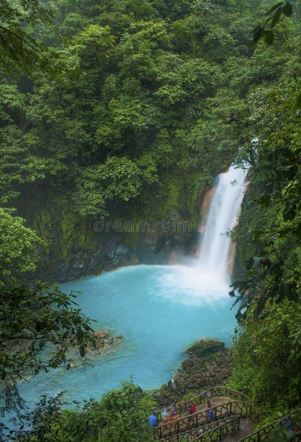 Hoge Mening van Rio Celeste Waterfall stock afbeelding